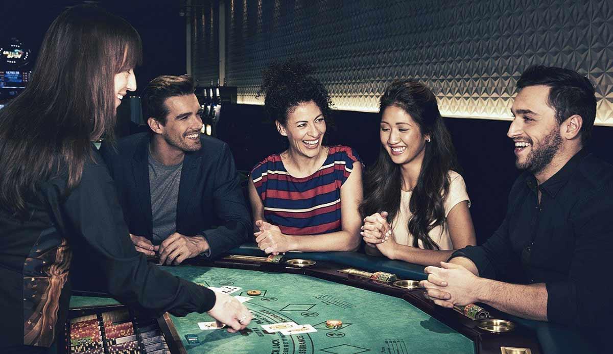 Table de blackjack avec des joueurs qui rient